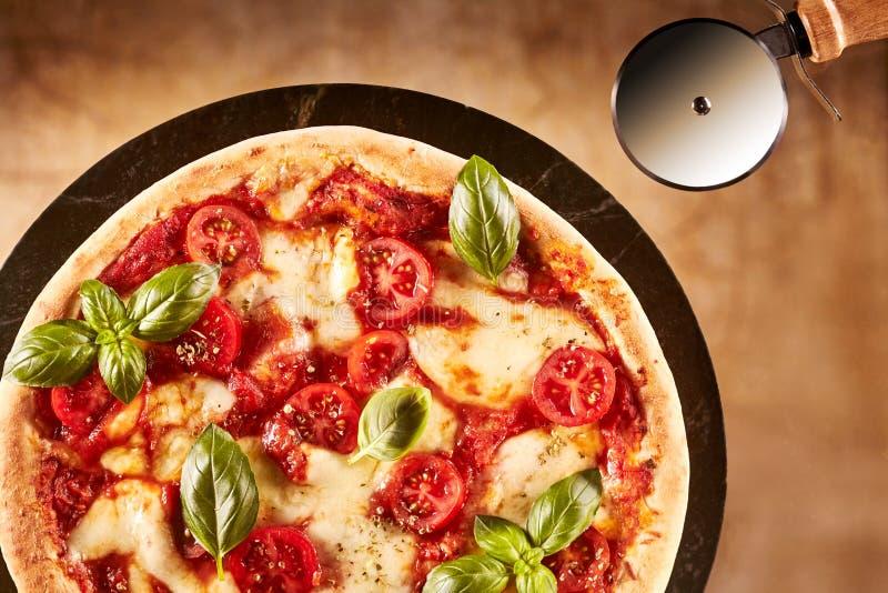 新近地被烘烤的Margherita意大利人薄饼 库存图片