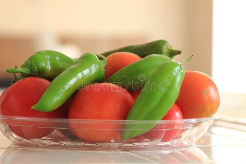 新近地被采摘的有机蕃茄和阿纳海姆胡椒 库存图片