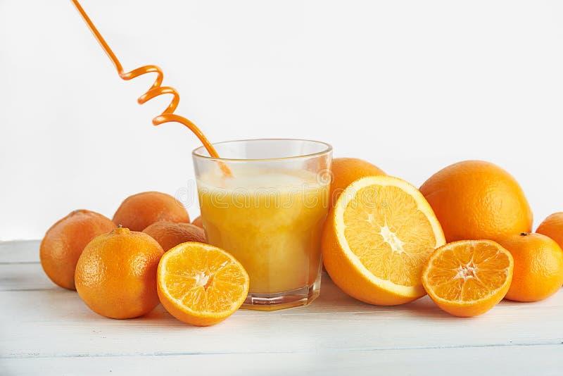 新近地被紧压的橙汁和桔子 免版税库存图片