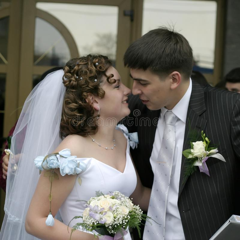 新郎亲吻新娘 免版税库存照片