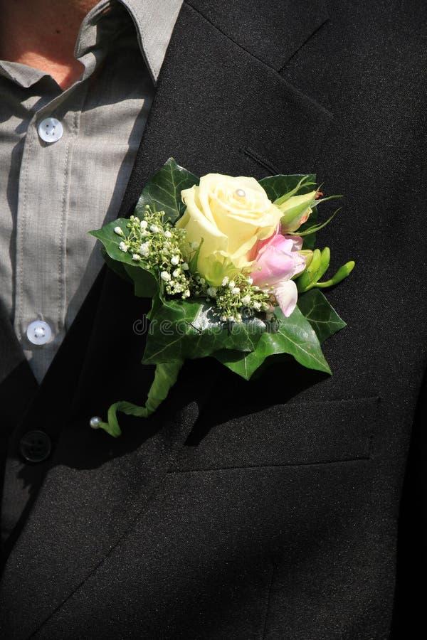 新郎佩带的钮扣眼上插的花 图库摄影