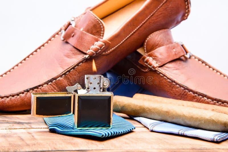 新郎准备好婚姻 男服和辅助部件 雪茄香烟更轻的领带 E 男性成套装备时尚 库存图片
