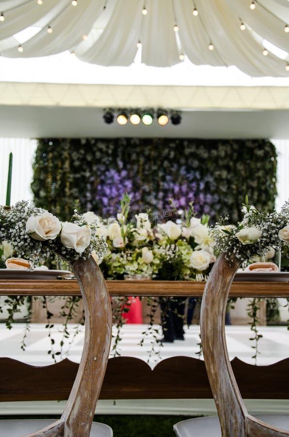 新郎制表在结婚宴会 免版税图库摄影