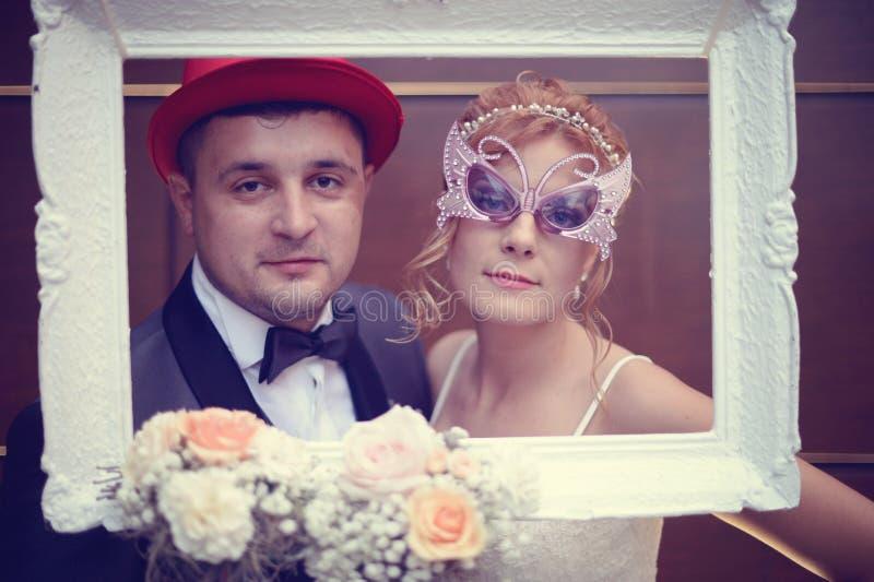 新郎和新娘一个白色框架的 免版税库存照片