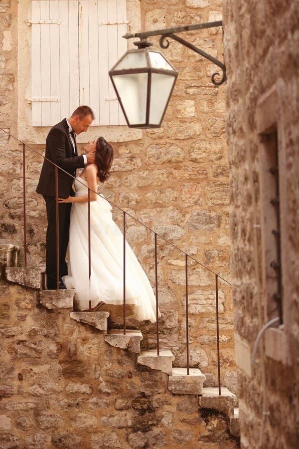 新郎和新娘在城市 免版税库存图片