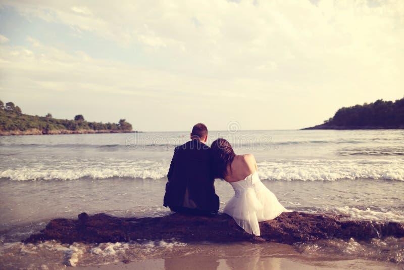 新郎和新娘在海 库存图片