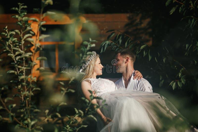 新郎和新娘步行的 免版税库存照片