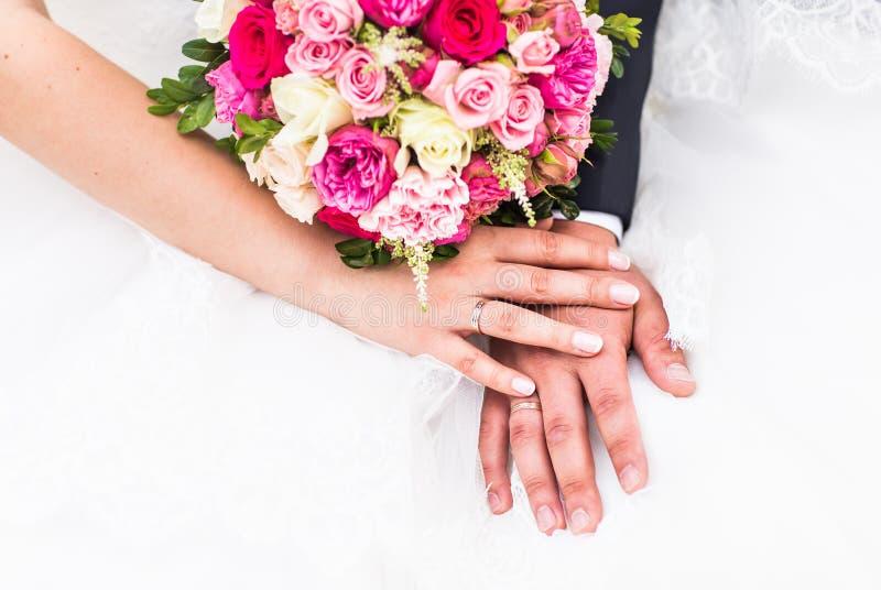 新郎和新娘的手有婚戒的 库存照片