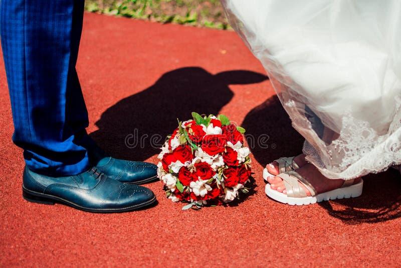 新郎和新娘的腿 免版税库存照片