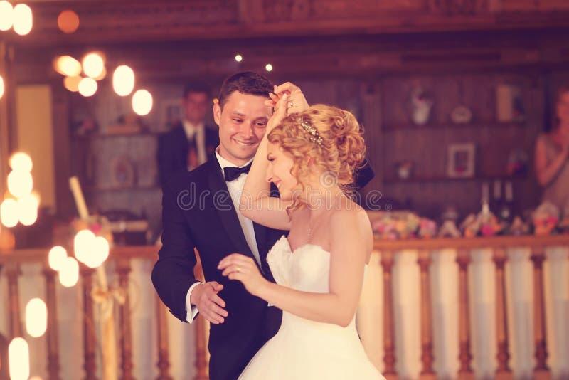 新郎和新娘跳舞 库存照片
