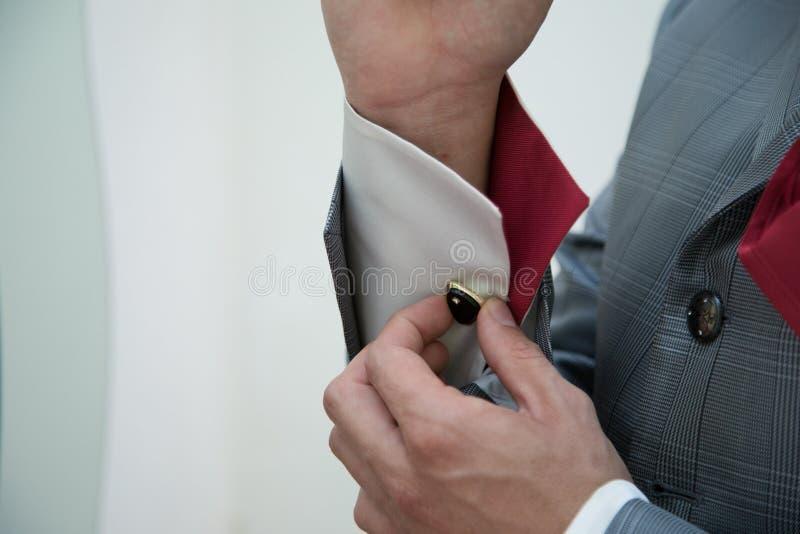 新郎早晨准备 修饰换衣服在有木蝶形领结的婚礼衬衣 免版税图库摄影