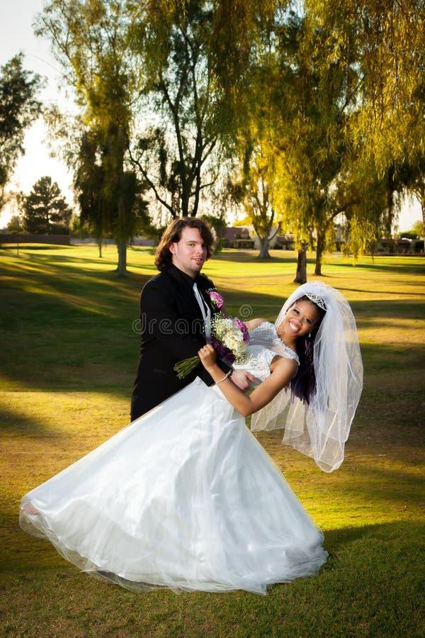 新郎浸洗他的新娘 免版税库存图片