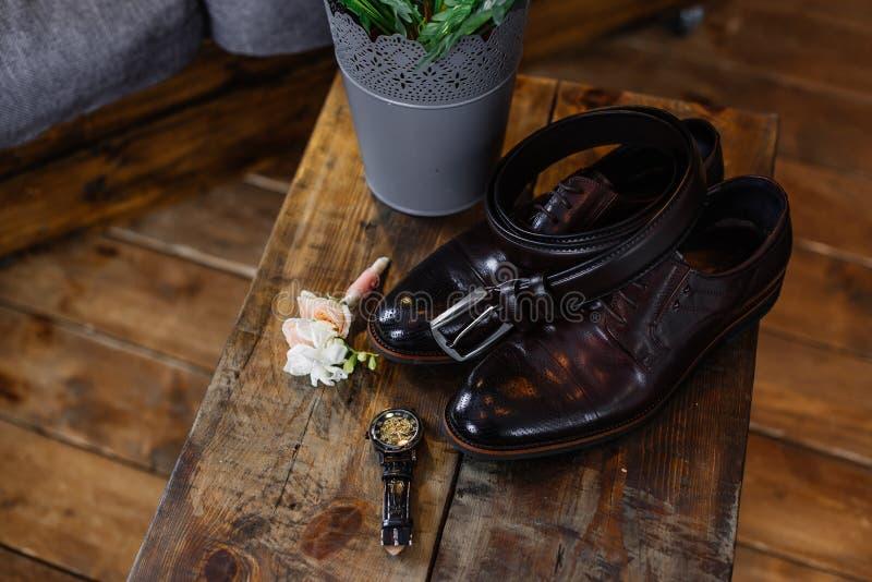 新郎的婚姻的鞋子黑暗的背景的 免版税库存照片