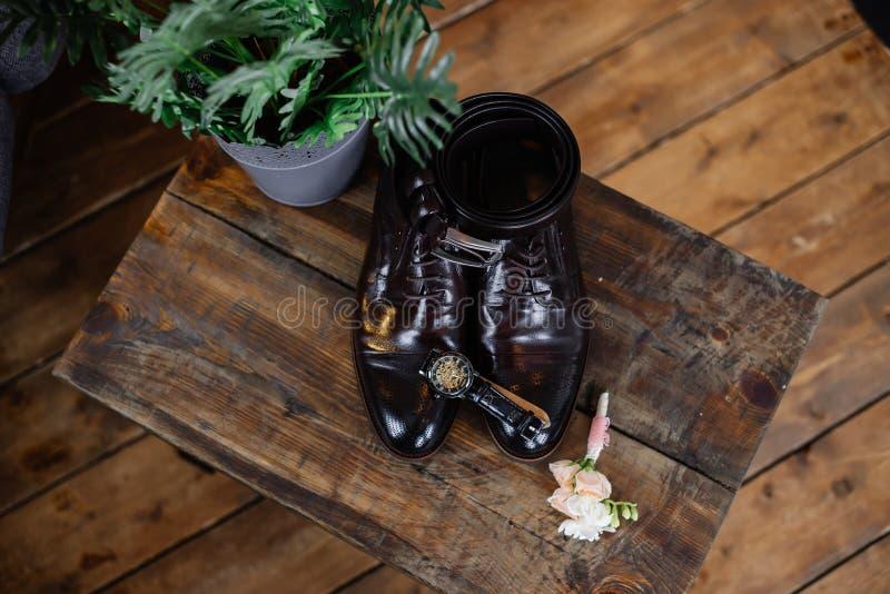 新郎的婚姻的鞋子黑暗的背景的 图库摄影