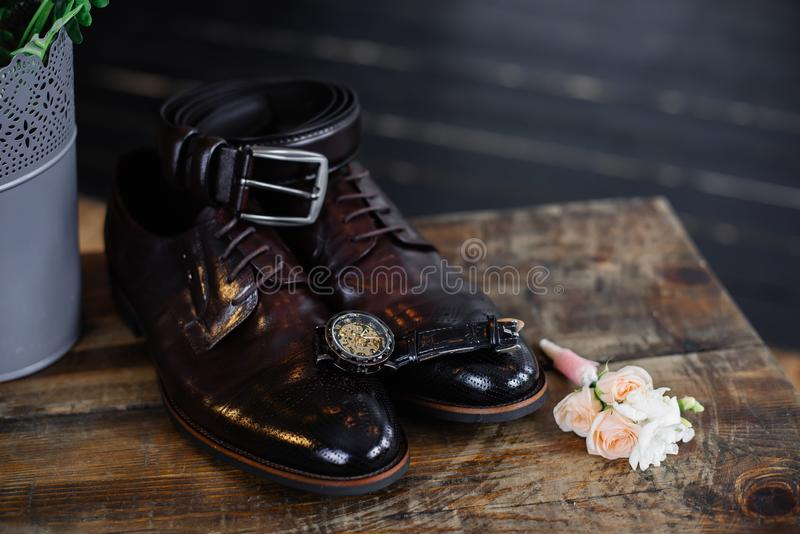 新郎的婚姻的鞋子黑暗的背景的 库存图片