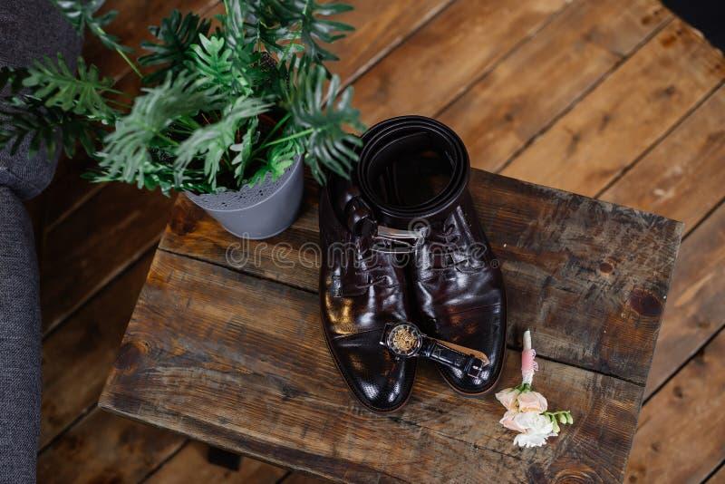 新郎的婚姻的鞋子黑暗的背景的 免版税库存图片
