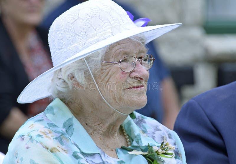 新郎神色的母亲在儿子婚礼的有软的柔软的 免版税库存照片