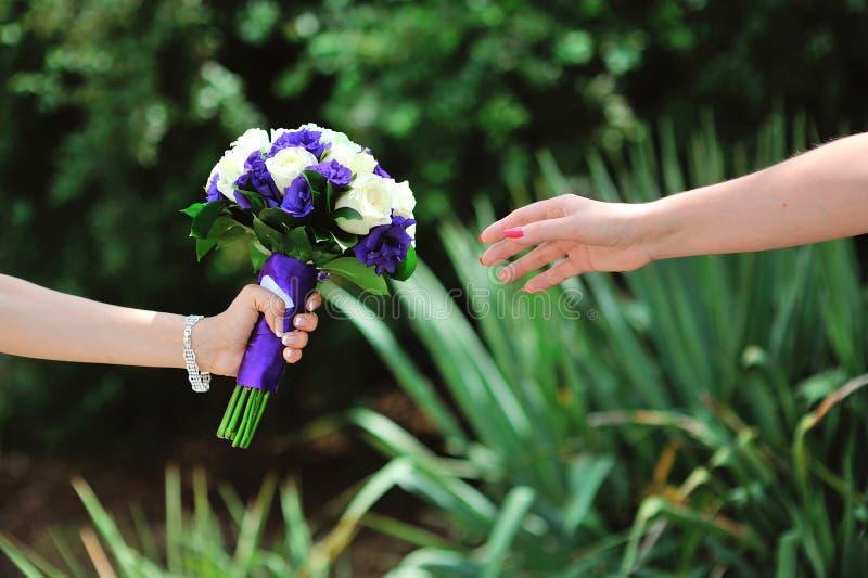 新郎给他的新娘花束 库存照片