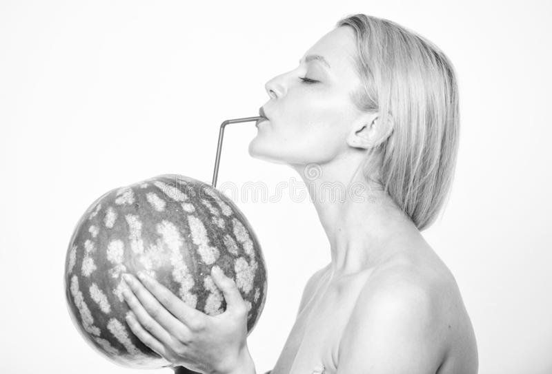 新酒吧概念 西瓜鸡尾酒饮料 女孩有吸引力的裸体饮料新鲜的汁液整个西瓜鸡尾酒秸杆 免版税库存照片