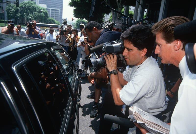 新闻媒体临近黑色大型高级轿车, O.J. Simpson试算 库存图片