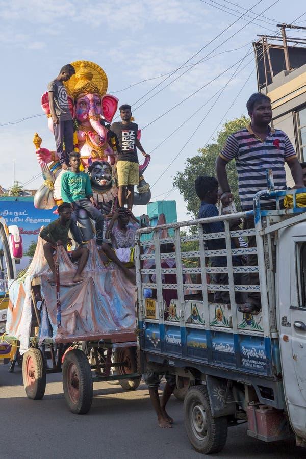新闻纪录片的社论图象 在印度阁下Ganesha期间,献身者带来从车间的Loard Ganesha与大人群的队伍的 库存照片