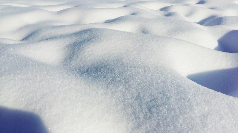 新雪纹理背景在蓝色口气的 全景 免版税库存照片