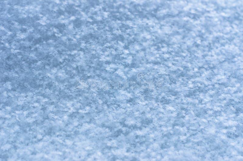 新雪纹理背景,自然雪花仿造与拷贝空间 蓝色口气着色 冬天季节,天气预报, 免版税库存照片