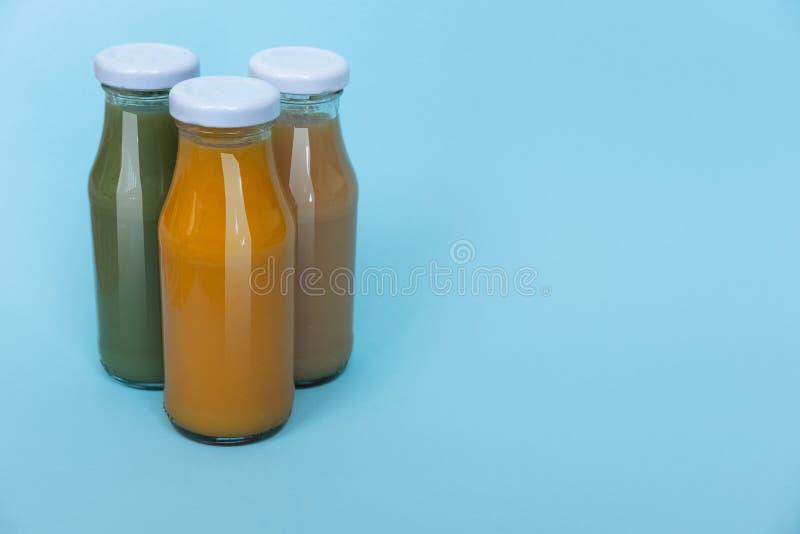 新鲜和健康鲕梨和橙汁过去在白色背景隔绝的瓶,顶视图与拷贝空间 免版税图库摄影