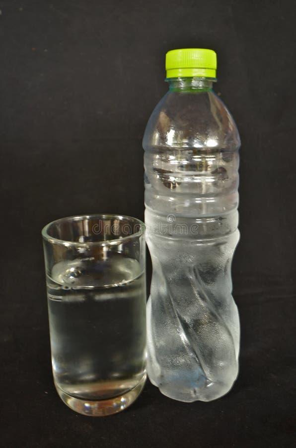 新鲜和凉水瓶和玻璃 图库摄影