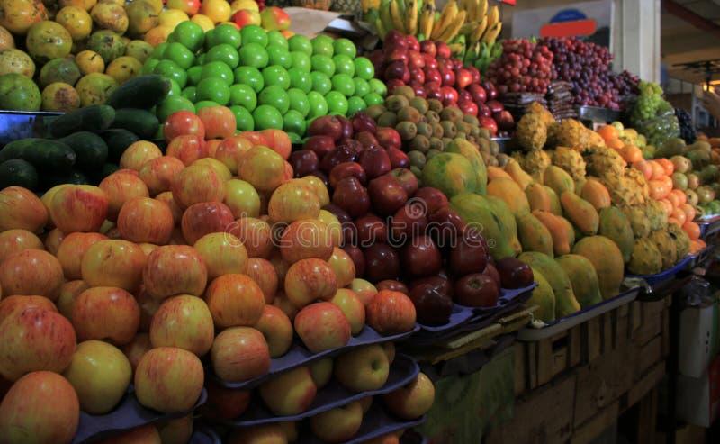 新鲜和发光,堆食物,苹果、番木瓜、猕猴桃、胡椒、香蕉和菠萝在水果市场上 免版税库存图片