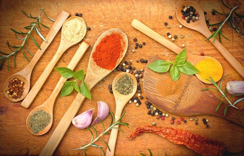 新鲜和干香料& x28; seasoning& x29;在木土气桌上 免版税库存图片