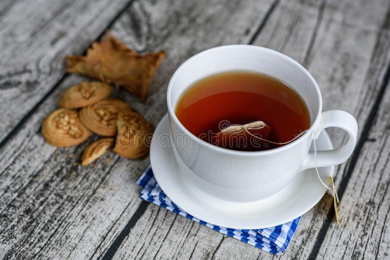 新鲜和热的红色茶用一些小的曲奇饼 免版税图库摄影