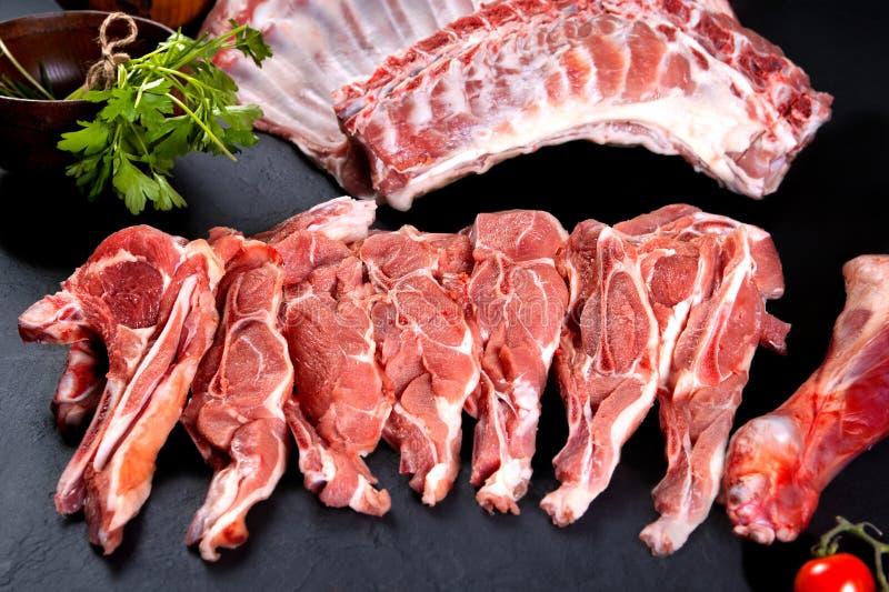 新鲜和生肉 肋骨和未煮过的猪排,准备好烤和烤肉 免版税库存照片