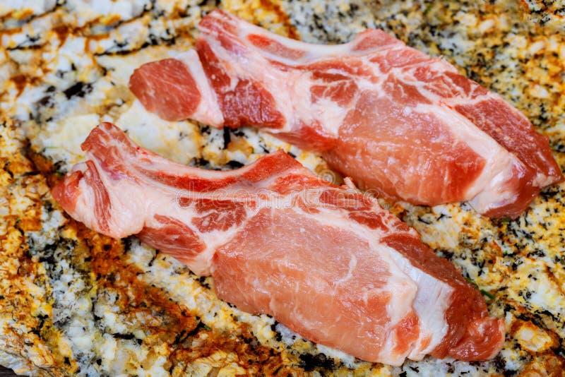 新鲜和生肉 肋骨和猪排未煮过,与准备好的裁减烤和烤肉 库存图片