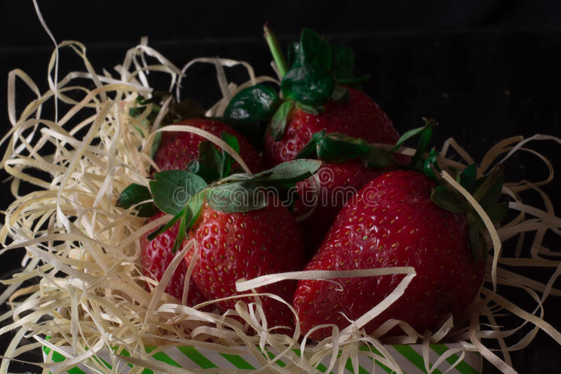 新鲜和红色和绿色草莓 免版税图库摄影