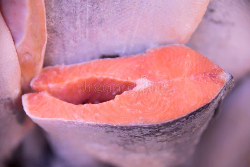 新鲜和美丽的鳟鱼鱼尸体准备好待售 免版税库存照片