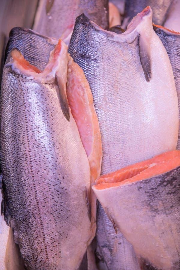 新鲜和美丽的鳟鱼鱼尸体准备好待售 库存照片