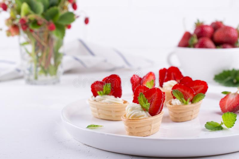 新鲜和鲜美快餐用乳脂干酪果子和莓果 免版税库存图片