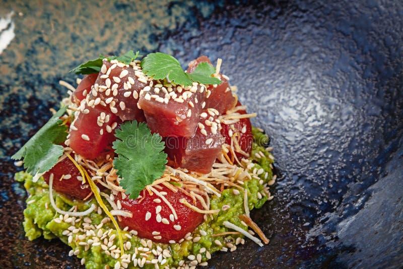 新鲜和鲜美沙拉用鲕梨和被烘烤的蕃茄 素食主义者色拉盘 一顿鲜美和健康膳食的概念与拷贝空间 ?? 库存图片