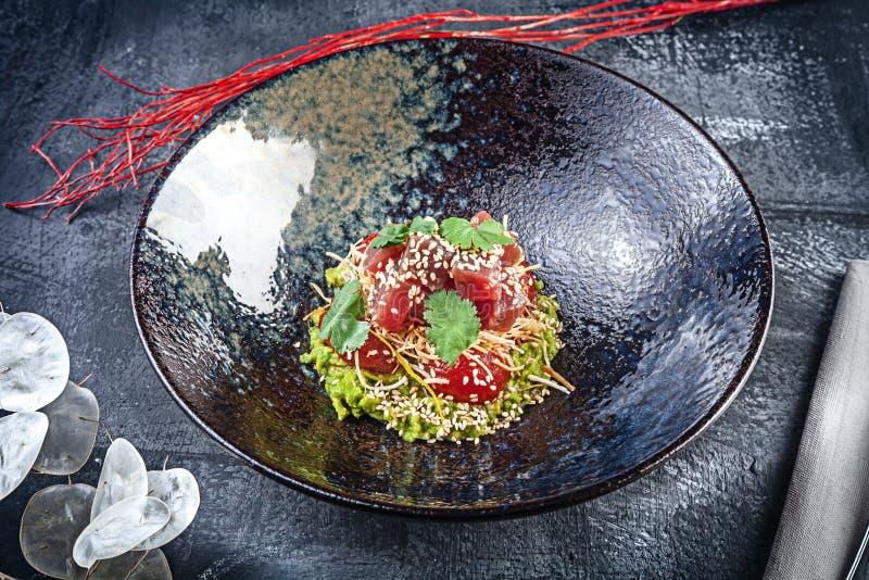 新鲜和鲜美沙拉用鲕梨和被烘烤的蕃茄 素食主义者色拉盘 一顿鲜美和健康膳食的概念与拷贝空间 ?? 图库摄影