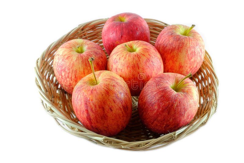 新鲜在白色背景隔绝的篮子的苹果 图库摄影