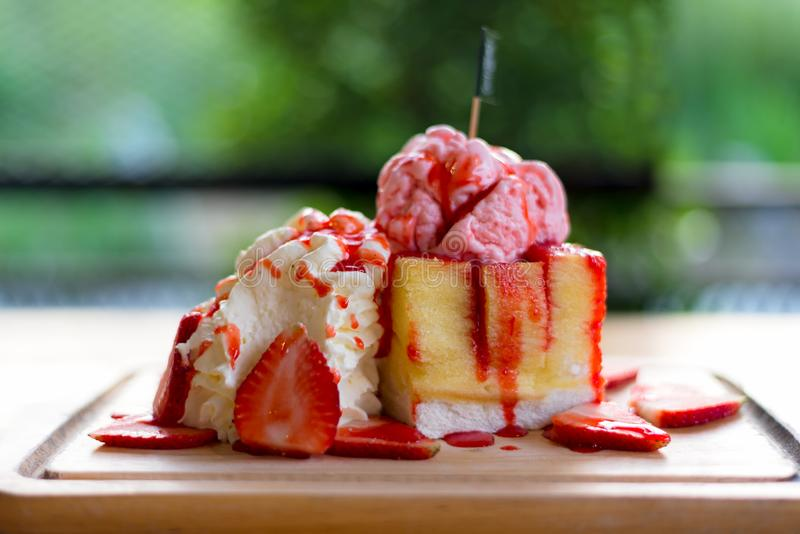 新鲜夏天的冰 敬酒与草莓冰淇凌顶部、草莓果子和果酱糖浆的面包, 库存图片