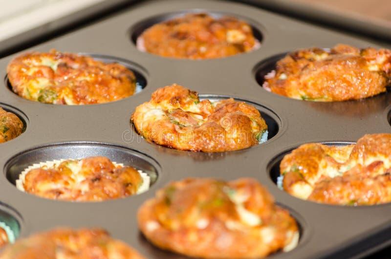 新鲜批自创微型蛋的松饼烤箱和仍然 库存照片