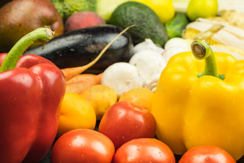 新鲜有机甜椒,蕃茄和其他的特写镜头视图 免版税图库摄影