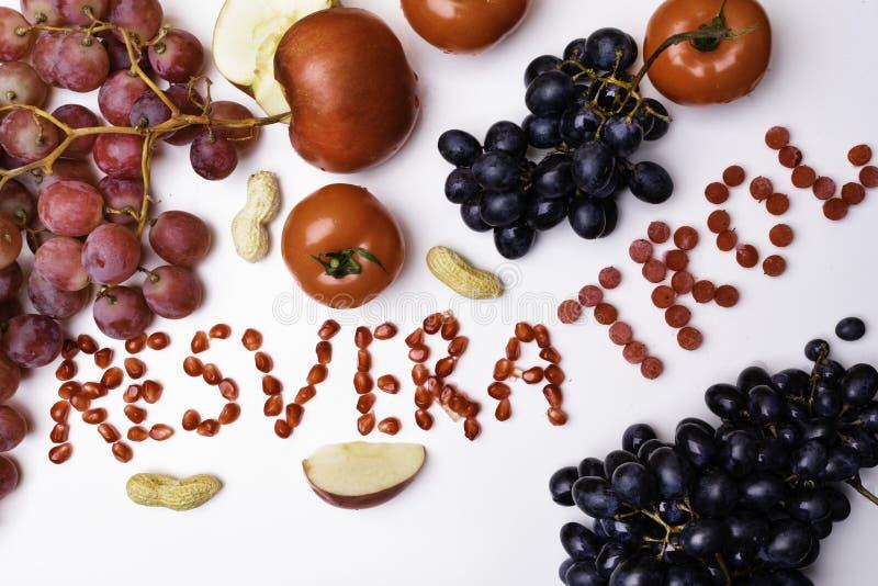 新鲜水果和莓果的混合,富有与逆转醇未加工的食品成分 营养背景,隔绝在白色 图库摄影