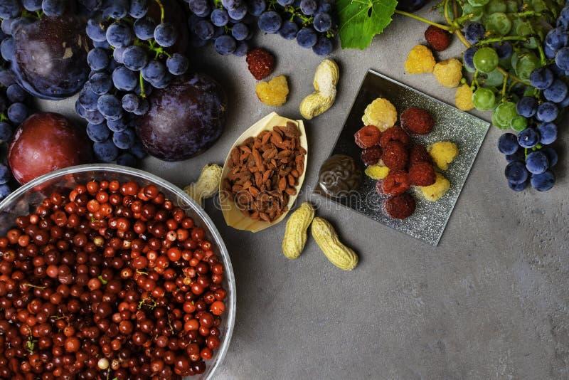 新鲜水果和莓果的混合,富有与逆转醇未加工的食品成分 营养背景 免版税库存图片