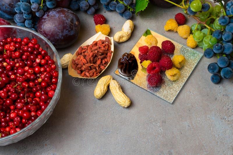 新鲜水果和莓果的混合,富有与逆转醇未加工的食品成分 营养背景 库存图片