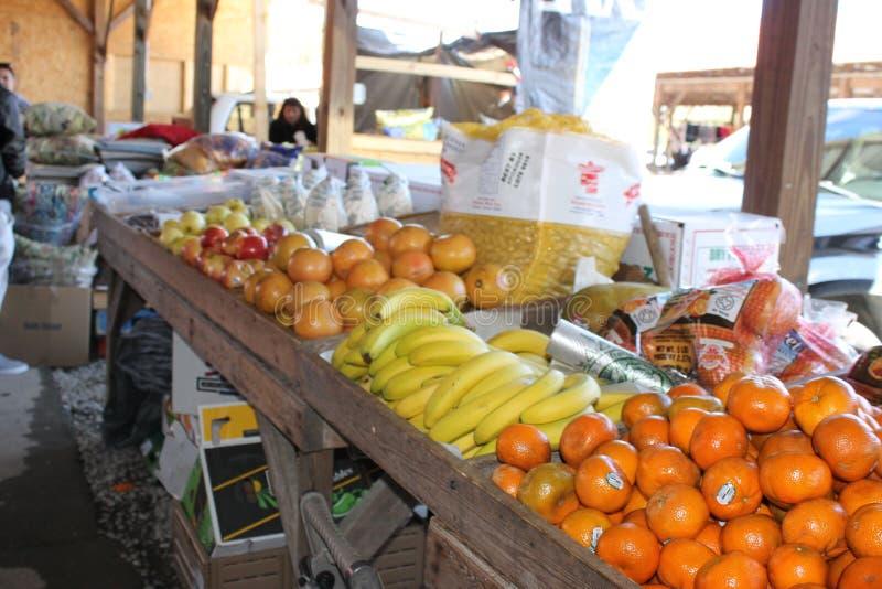 新鲜水果和vagetables在跳蚤市场上 库存图片