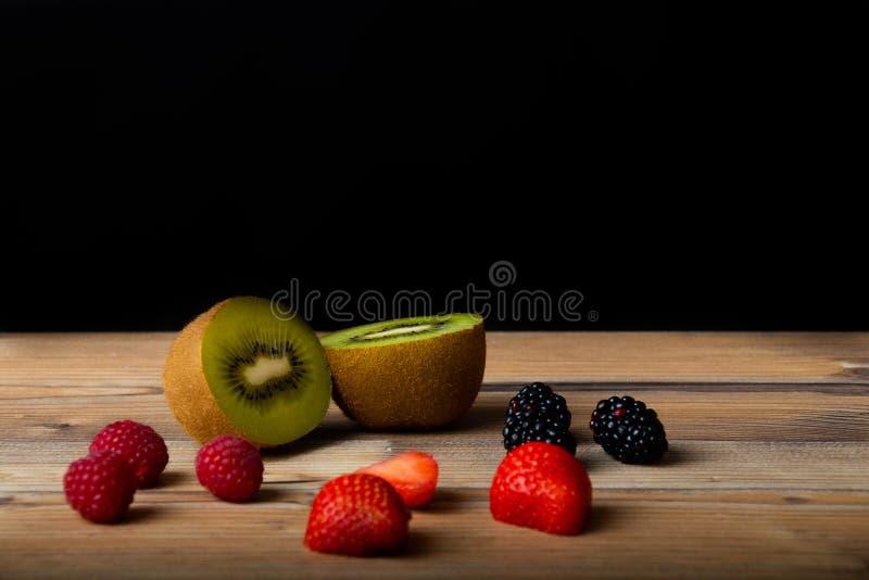 新鲜水果在木桌里准备好为吃 库存图片