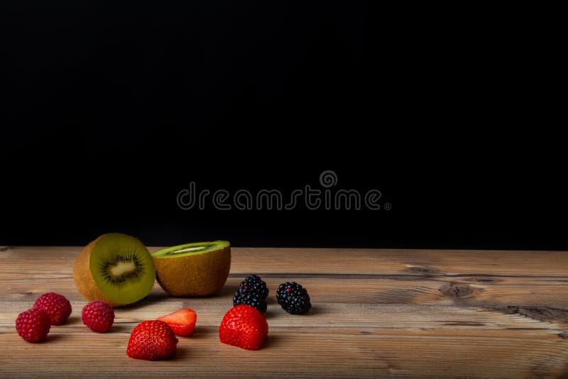 新鲜水果在木桌里准备好为吃 免版税库存照片